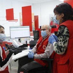 La Reina Letizia conociendo Cruz Roja de cerca