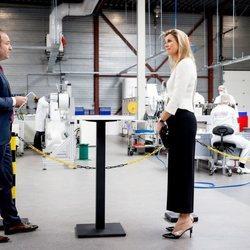 La Reina Máxima de Holanda visitando una fábrica de mascarillas