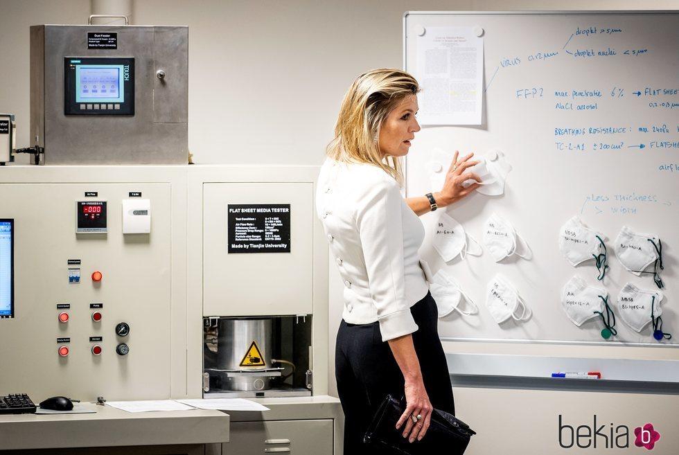 La Reina Máxima de Holanda conociendo el proceso de fabricación de mascarillas