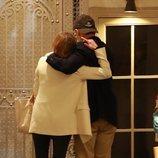 Ana Obregón y Alessandro Lequio se abrazan tras la muerte de su hijo Álex Lequio