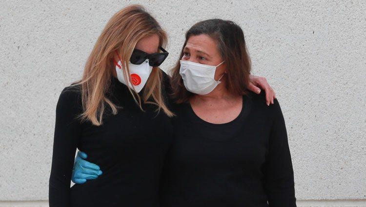Ana Obregón, consolada por su hermana Celia García Obregón tras la muerte de Álex Lequio