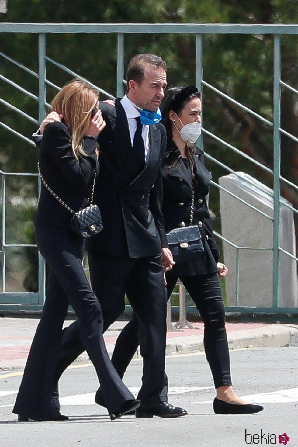 Ana Obregón, Alessandro Lequio y Carolina Monje en el entierro de Álex Lequio
