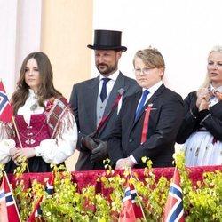 Los Príncipes Haakon y Mette-Marit con sus hijos el Día Nacional 2020