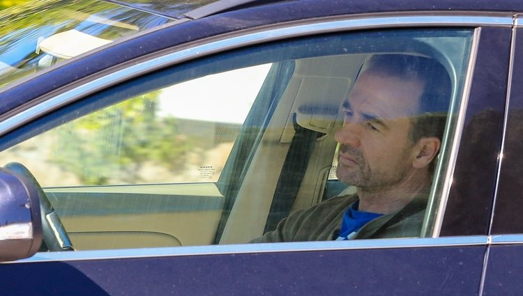 Alessandro Lequio con semblante serio llegando a casa de Ana Obregón