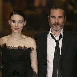 Joaquin Phoenix y Rooney Mara en una proyección de 'María Magdalena'