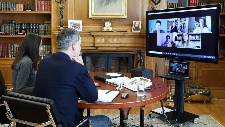 Los Reyes Felipe y Letizia reunidos con Elvira Sastre, Leti Sala, Marwan y Defreds mediante videocoferencia
