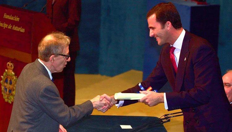 El Rey Felipe entrega a Woody Allen el Premio Príncipe de Asturias de las Artes 2002