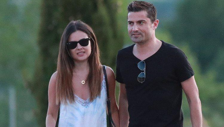 Alexia Rivas y Alfonso Merlos paseando con el perro
