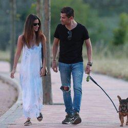 Alexia Rivas y Alfonso Merlos, de paseo con el perro