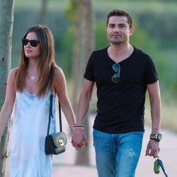 Alfonso Merlos y Alexia Rivas paseando de la mano
