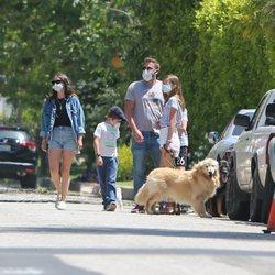 Ana de Armas y Ben Affleck pasean junto a los hijos del actor