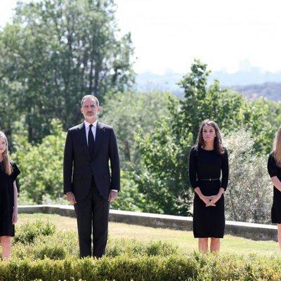 Los Reyes Felipe y Letizia, la Princesa Leonor y la Infanta Sofía en el minuto de silencio por las víctimas del coronavirus