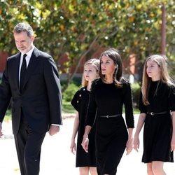 Los Reyes Felipe y Letizia, la Princesa Leonor y la Infanta Sofía durante el minuto de silencio por los fallecidos por coronavirus