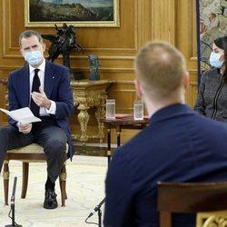 Los Reyes Felipe y Letizia hablando con jóvenes talentos