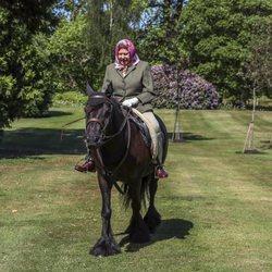 La Reina Isabel vuelve a montar en caballo en los jardines de Windsor