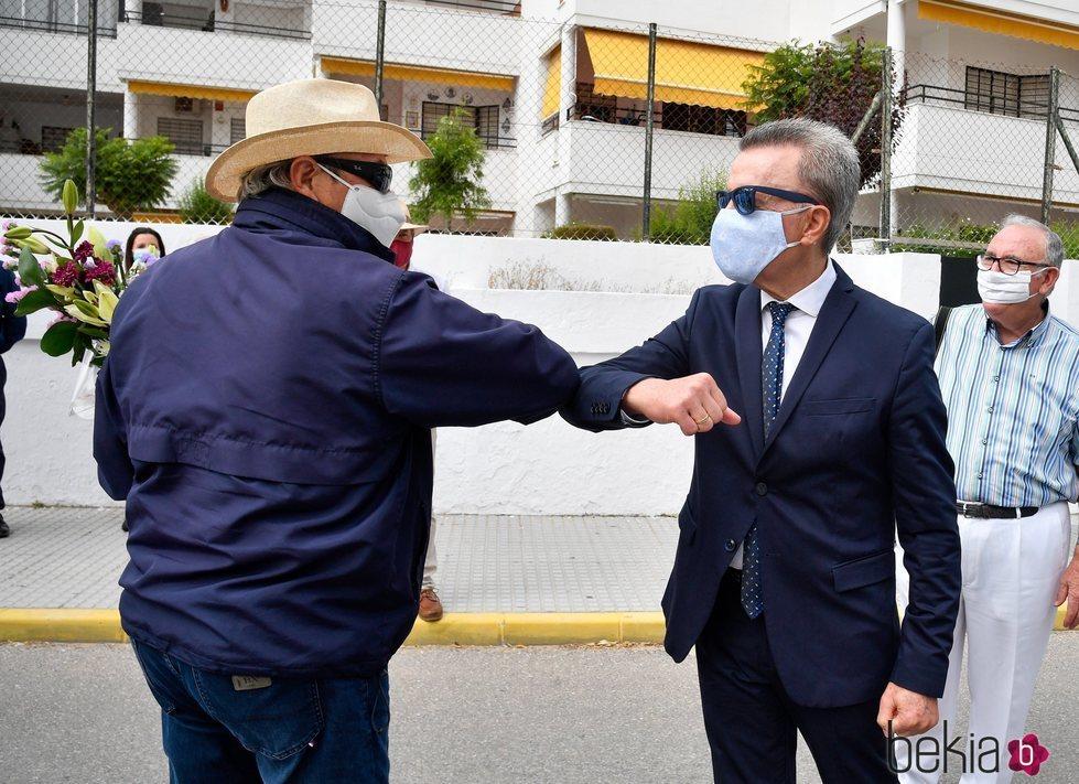 José Ortega Cano y Amador Mohedano saludándose con el codo en el homenaje a Rocío Jurado
