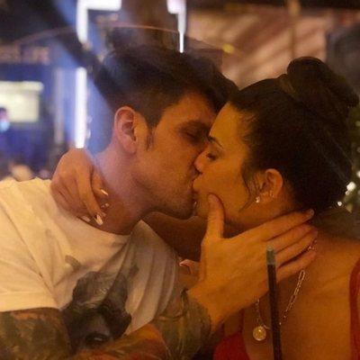 Diego Matamoros besando a Carla Barber en una terraza de Madrid