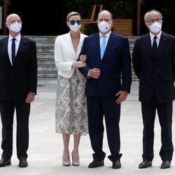 Alberto y Charlene de Mónaco en la inauguración de un casino con otras autoridades
