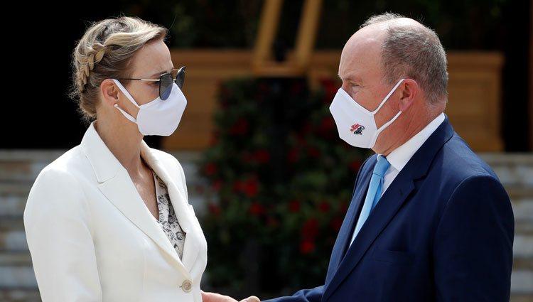 Alberto y Charlene de Mónaco con mascarilla en la inauguración de un casino