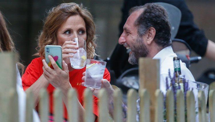 Ágatha Ruiz de la Prada bebiendo con Luis Gasset