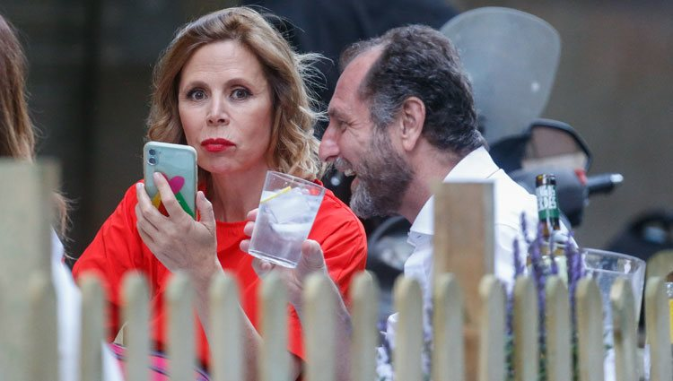 Ágatha Ruiz de la Prada y Luis Gasset tomando algo en una terraza de Madrid