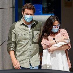 Malú y Albert Rivera a las puertas del hospital con su hija Lucía