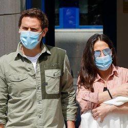 Malú y Albert Rivera con su hija Lucía a las puertas del hospital