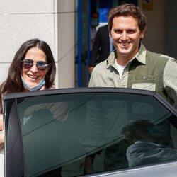 Malú y Albert Rivera entrando en el coche con su hija Lucía