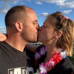 María Jesús Ruiz besándose con su novio Curro