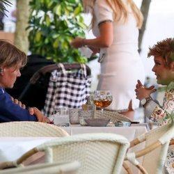 Terelu Campos charlando con Tito Pajares en una terraza