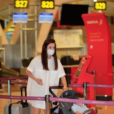 Adara Molinero con su hijo en el aeropuerto de Madrid