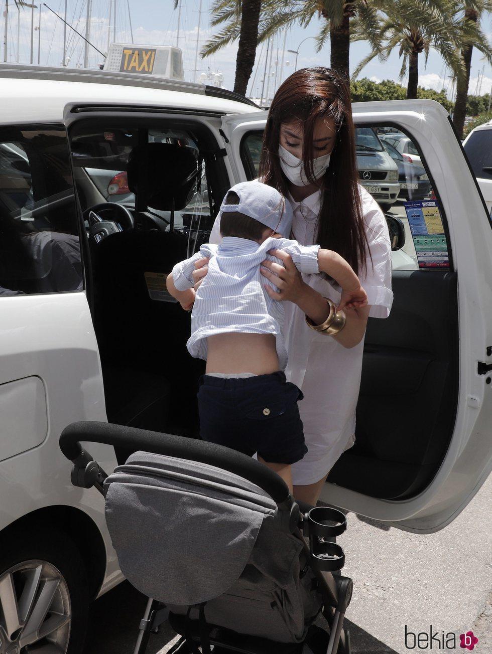 Adara Molinero bajando de un taxi con su hijo en Palma de Mallorca