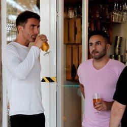 Hugo Sierra y su hermano Bruno tomando una cerveza en Mallorca tras regresar de 'Supervivientes 2020'
