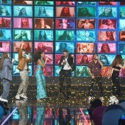 Los 16 concursantes y Roberto Leal de 'OT 2020' actuando durante la gran final
