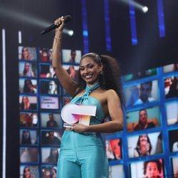 Nía Correia con el trofeo de ganadora de 'OT 2020'