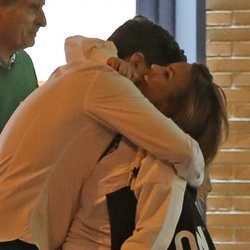 Marta López abrazándose con un amigo