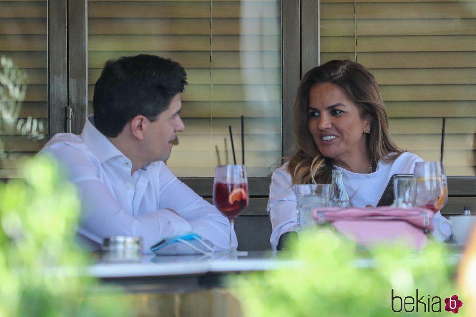 Marta López compartiendo confidencias con un amigo en una terraza