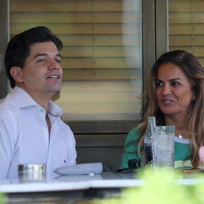Marta López con un amigo en una terraza