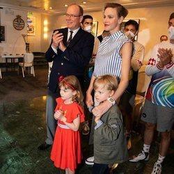 Alberto y Charlene de Mónaco con sus hijos Jacques y Gabriella en las 24 horas virtuales de Le Mans