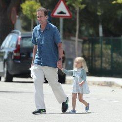 Alessandro Lequio con su hija Ginevra dando un paseo por Madrid