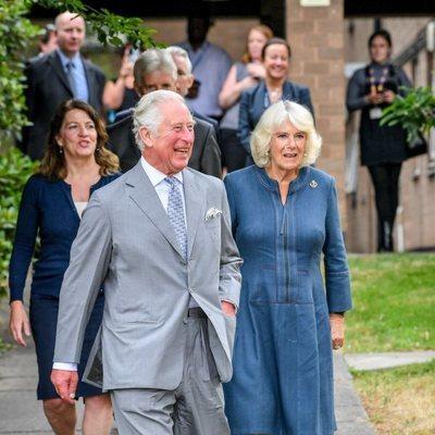 El Príncipe Carlos y Camilla Parker visitan un hospital tras el confinamiento