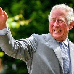 El Príncipe Carlos visita un hospital tras el confinamiento