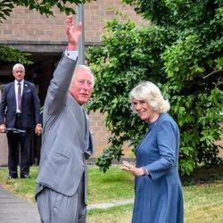 El Príncipe Carlos y Camilla Parker saludando en su visita a un hospital tras el confinamiento
