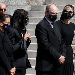 Alberto y Charlene de Mónaco, Carolina de Mónaco y Estefanía de Mónaco en el funeral de su prima Elizabeth Anne de Massy