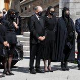 Alberto, Charlene, Carolina y Estefanía de Mónaco con Mélanie-Antoinette de Massy y Jean-Léonard Taubert-Natta de Massy en el funeral de Elizabeth Anne de