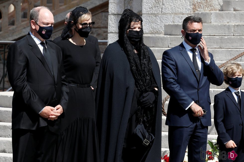 Alberto y Charlene de Mónaco con Mélanie-Antoinette de Massy y Jean-Léonard Taubert-Natta de Massy en el funeral de Elizabeth Anne de Massy