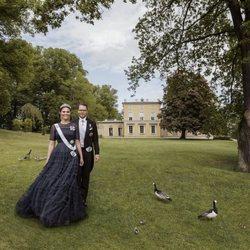 Victoria y Daniel de Suecia posan para celebrar su décimo aniversario de boda