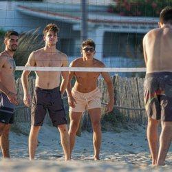 Miguel Bernardeau jugando al voleyball con amigos en Ibiza