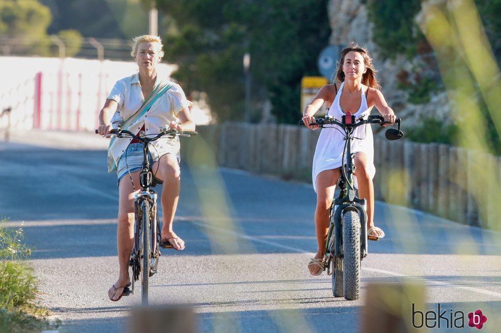 Aitana Ocaña y Ana Duato paseando en bicicleta por Ibiza