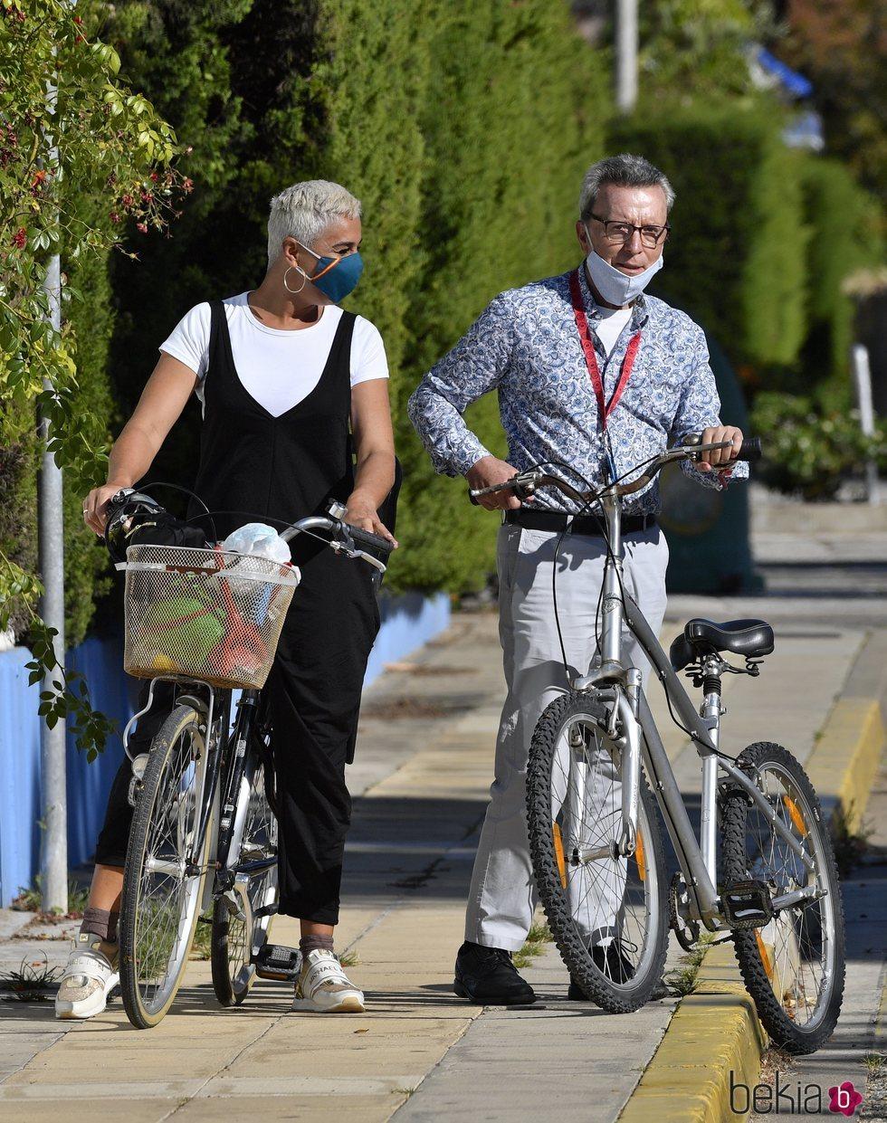 José Ortega Cano se quita la mascarilla tras dar un paseo en bicicleta con Ana María Aldón
